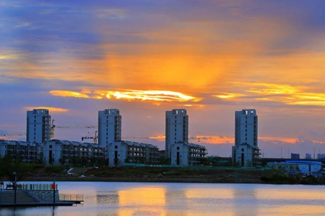 慈溪清晨天空出现大片火烧云 水面衬托风景美如画
