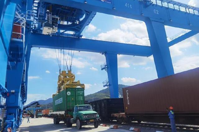 宁波穿山港站投用新龙门吊 有效提升该港站作业能力