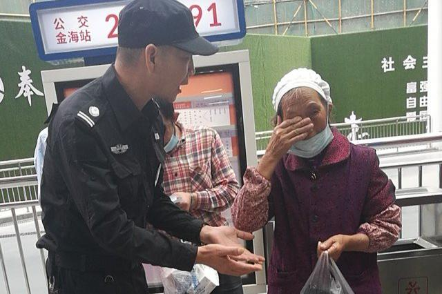 奉化77岁老太太乘车忘带钱 巡查保安慷慨为其付钱