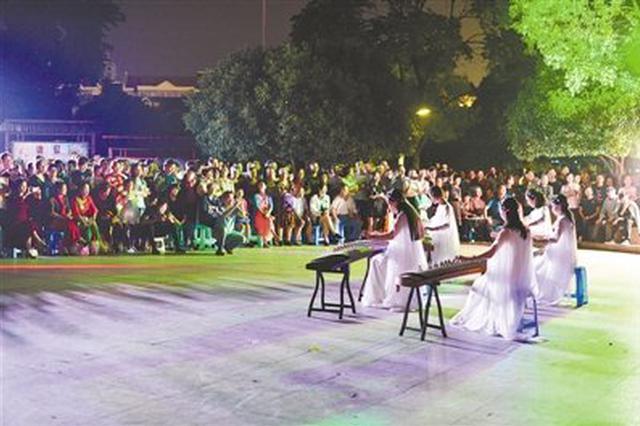 慈溪虞波广场演奏《春江花月夜》 吸引市民围观聆听