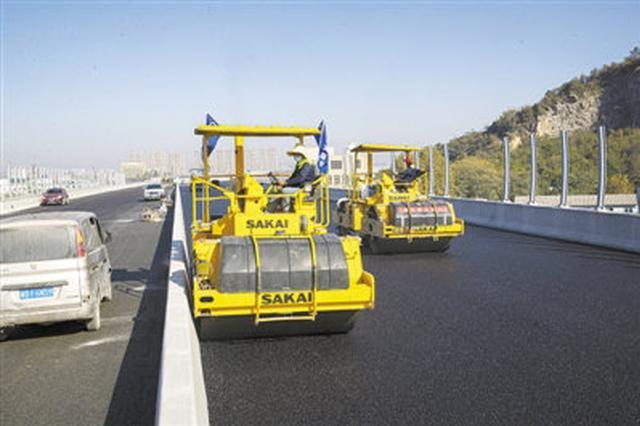 胜陆公路慈溪段高架桥摊铺沥青 已完成占比53.39%