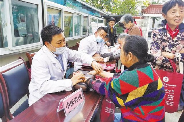 慈溪开展免费健康义诊进社区活动 并发放宣传资料