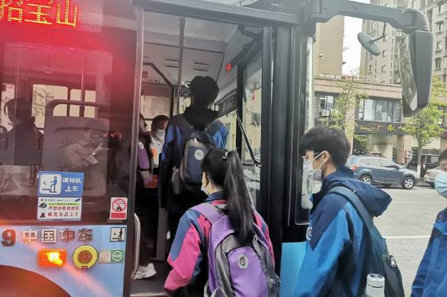 镇海公交车站现文明场面 学生有序排队依次等候上车