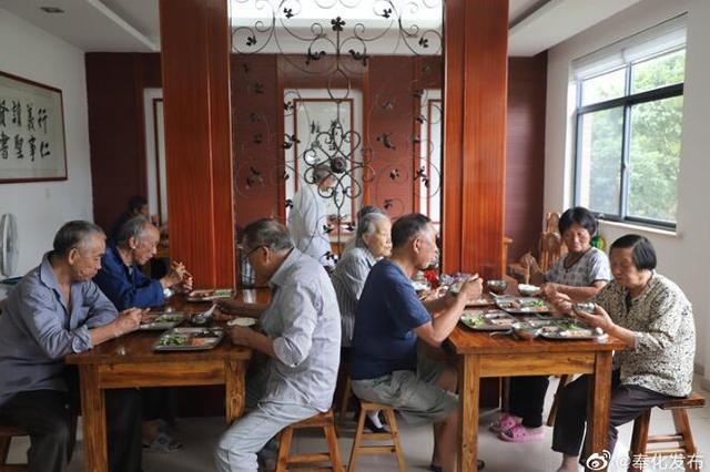 奉化75个志愿者轮流值班 服务孝膳堂50余名老人就餐