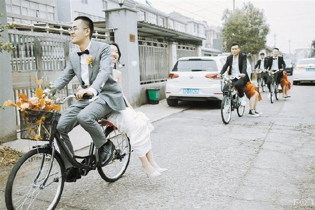 慈溪现7辆凤凰牌自行车接亲队伍 路上市民送上祝福