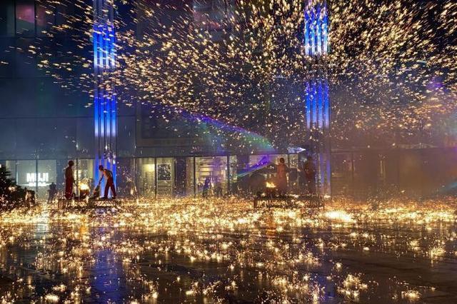 北仑富邦城举行造富节 让冒雨前来的市民一饱眼福