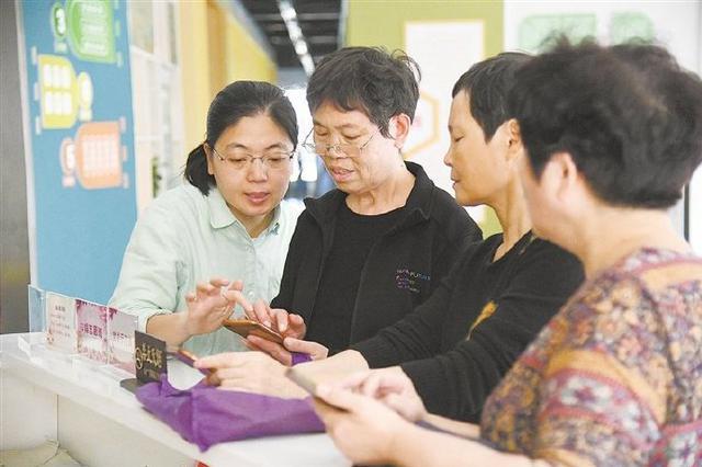 慈溪老年居民交流手机操作知识 共享智能文化生活