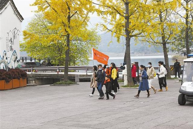 慈溪鸣鹤古镇吸引游客前来 乐享冬日周末休闲时光