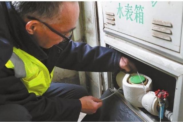 慈溪水务工作人员在城东小区进行检查 防止水管爆裂