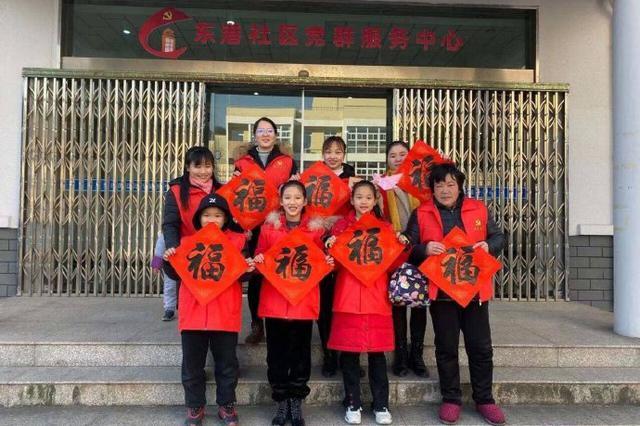 北仑东港社区组织写福送福活动 让温暖溢满整个冬季