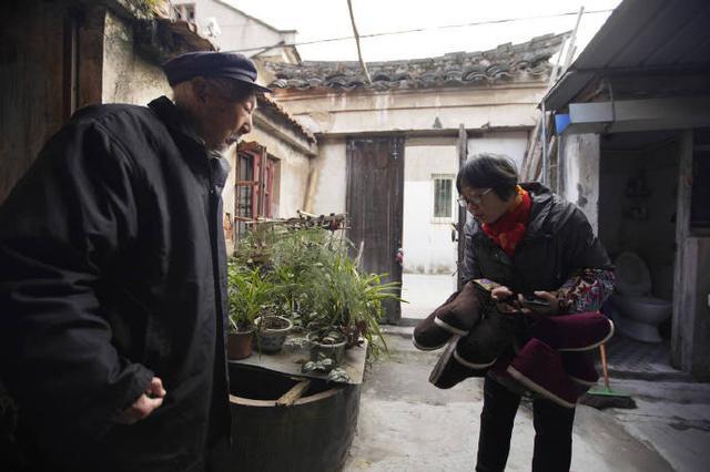 北仑爱心志愿者为困难老人送棉鞋 为其送去冬日温暖