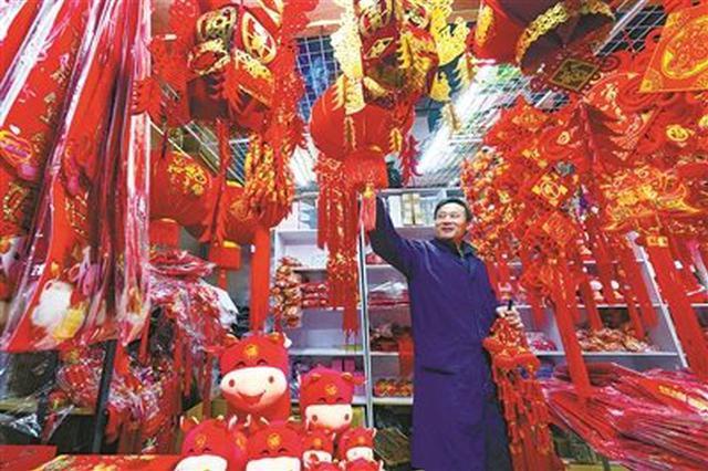 宁波新春饰品红火开售 许多摊点已摆满牛年新春饰品