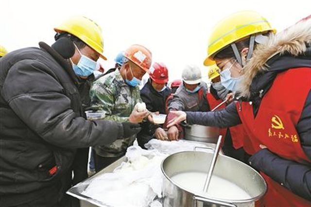 江北志愿者为建筑工人送上姜茶 温暖了工人们的心田