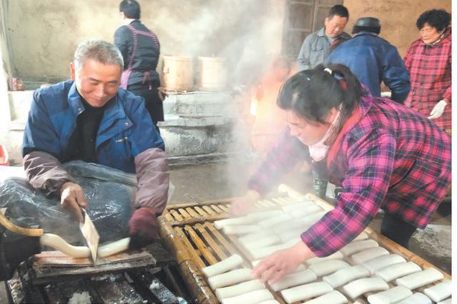 宁海白龙潭村村民排队轮流捣年糕 呈现浓浓传统年味