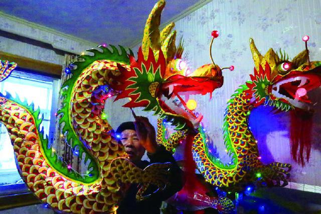 象山石浦鱼灯非遗传承人制作彩龙 祈愿新年风调雨顺