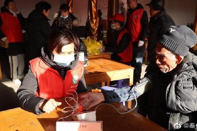 奉化志愿者驱车来到东岙村 为村里老人提供义诊服务