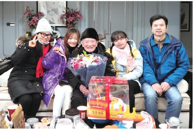 宁海志愿者上门看望抗战老兵 与老人共度93岁寿辰