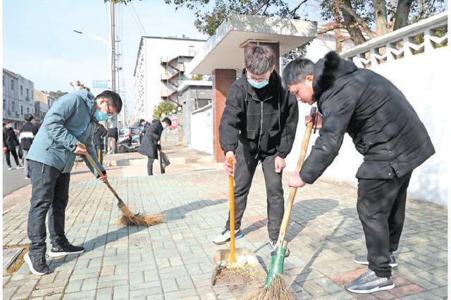 宁海应征青年清扫街头巷尾 为文明创城贡献一份力量