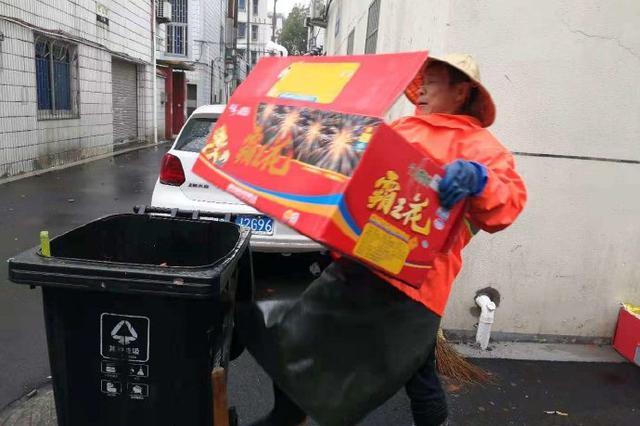 奉化环卫工人春节坚守清扫道路 为城市整洁辛勤奉献