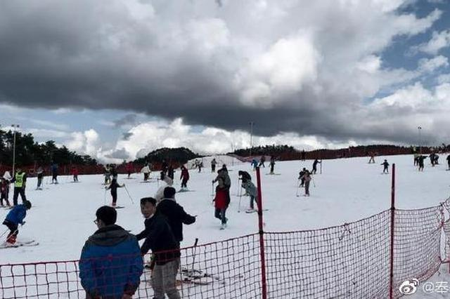 奉化商量岗滑雪场吸引众多游客 体验冰雪运动的乐趣