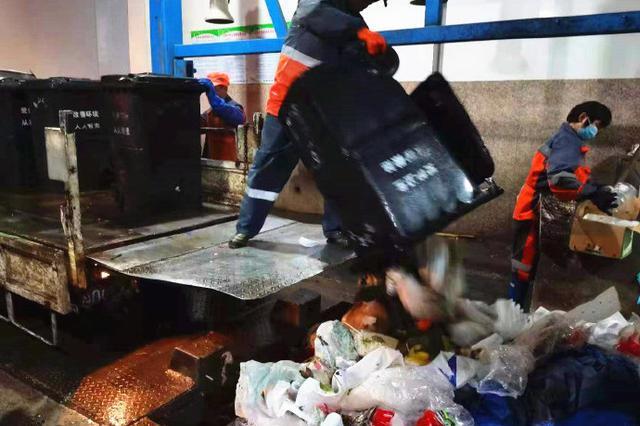 象山环卫工除夕夜上岗清理垃圾 并实现不间断保洁