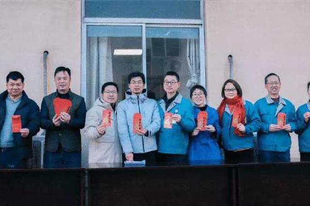 北仑企业派发开工红包 让员工们感受集团满满的诚意