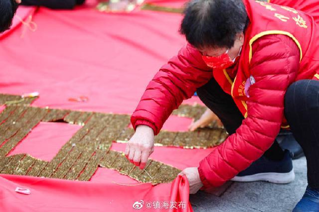 镇海百名绣娘将珠片缝制到横幅上 庆祝建党100周年