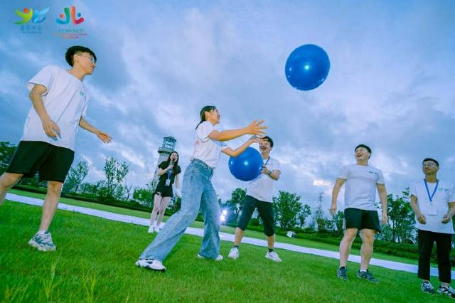 宁波北仑梅山湾畔 80名青年学生描绘北仑印象画卷