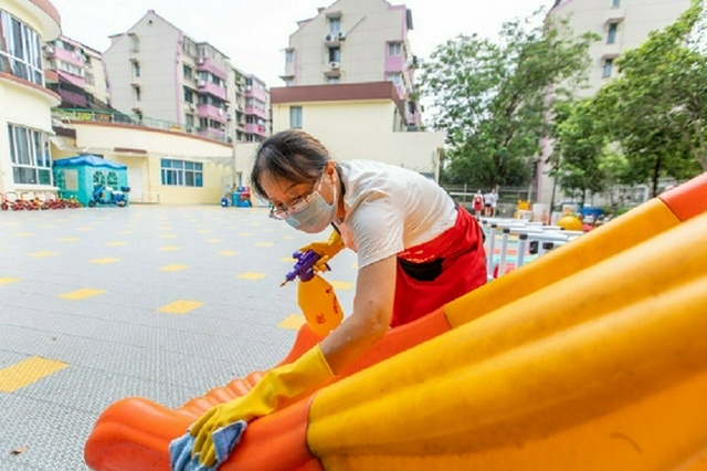 开学在即 海曙各中小学幼儿园开展校园清洁消毒活动