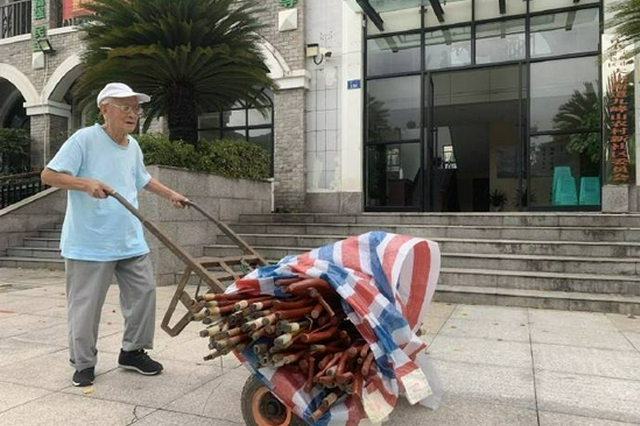 北仑九旬老人连续三年为社区老人制作了150根手杖