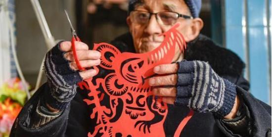 余姚老人创作生肖鼠作品 用传统文化表达新春祝愿