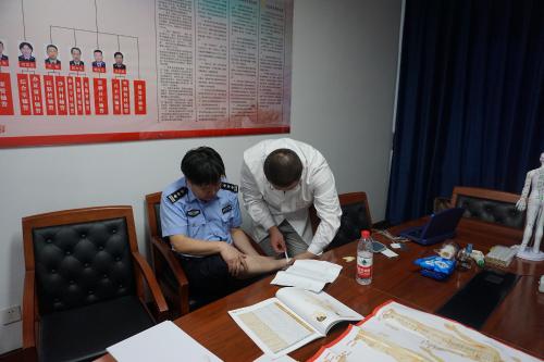 宁波公安组织专家义诊活动 全面落实从优待警政策
