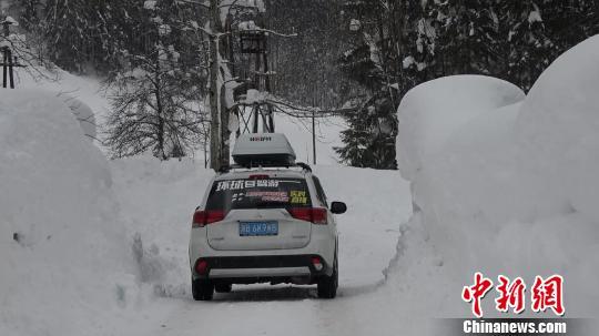 图为路边积雪。受访者提供