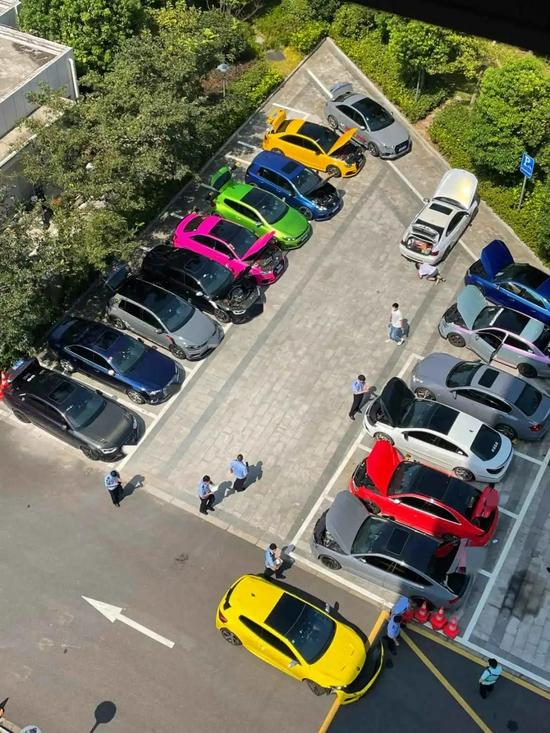 部分涉嫌非法改装的车辆停放在一起,接受鉴定