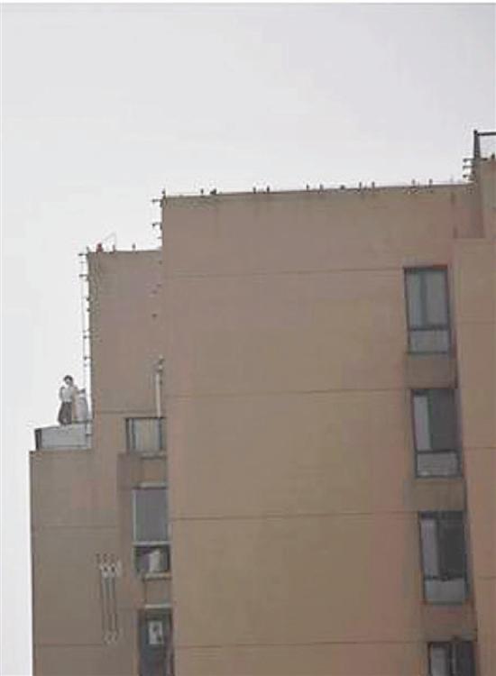 远远看去,就像有个人站在屋顶