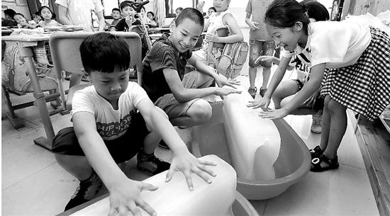杭州迎来高温,教室冰块降温 林云龙 摄
