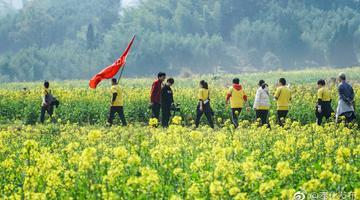 户外运动爱好者打卡溪口网红景点