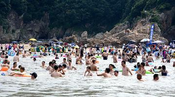 高温天气烤热松兰山海滨浴场