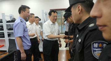 裘东耀到驻市政府警务室走访慰问