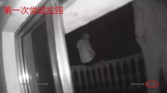 宁海一男子因感情纠纷欲轻生 民警冒险将其成功拽回