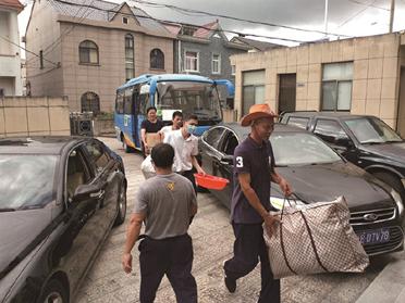 """象山县志愿者帮助老人搬家 躲避第四号台风""""黑格比"""""""