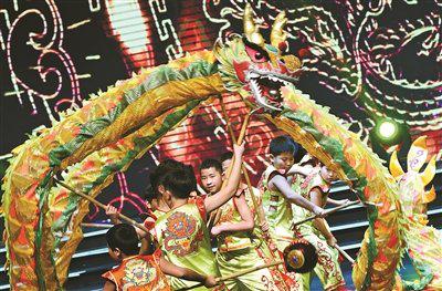 宁波举行少儿春晚 300多名孩子在台上用心用情演绎