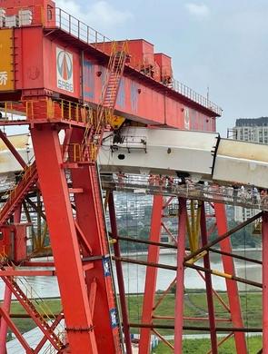 新典桥主拱顺利安装合龙