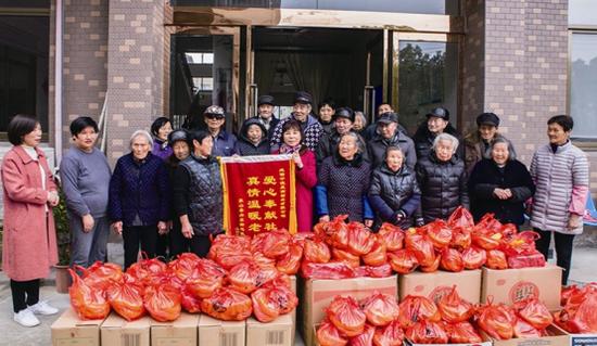 象山敬老院老人收获春节年礼 回赠大红锦旗给好心人