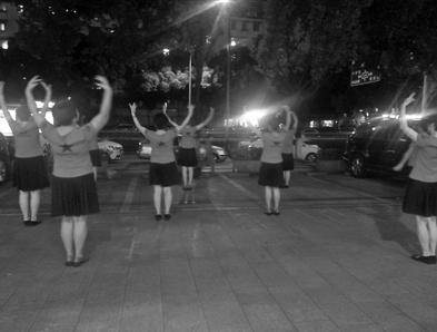 """昨晚,大妈们仍旧在""""老地方""""跳广场舞。记者 殷欣欣 摄"""