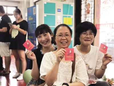 图为上周五(七夕节)上午,市中医医院医务人员顶着台风冒着暴雨前往献血。