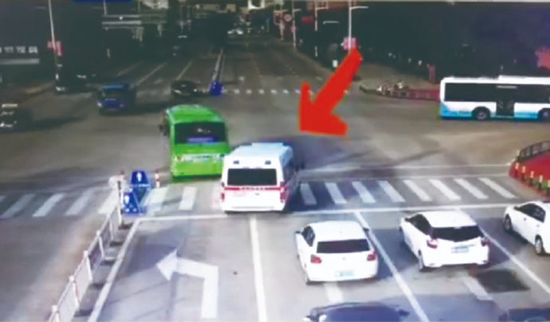 象山公交为救护车让出生命通道 等候时冲出停车线
