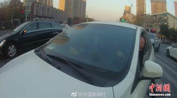 南京一女司机逆行拖拽民警20余米