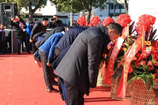 各界代表向蔡元培铜像敬献花篮