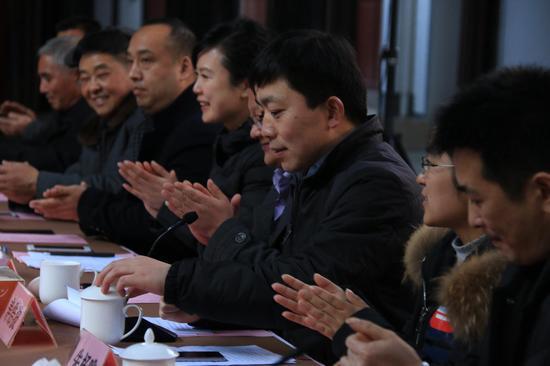 东白湖镇政府党委书记 寿浩波主持座谈会